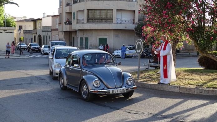 El pare Antoni Bonet, beneint els vehicles