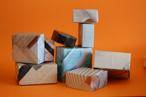 Foto: Aus Zeitungspapier gefaltete Schachtel - anlässlich des Tages des Schachtelsatzes