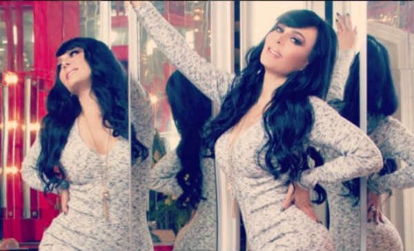Con sexy bikini, Maribel Guardia celebra un millón de seguidores