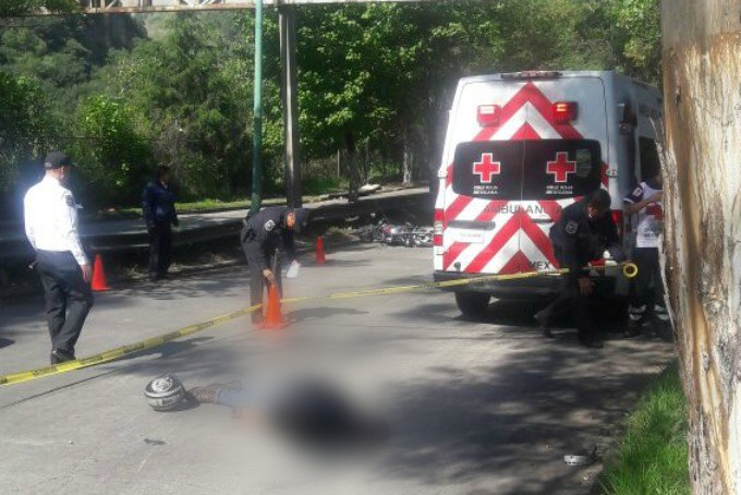 Biker muere tras chocar con autobús en Huixquilucan