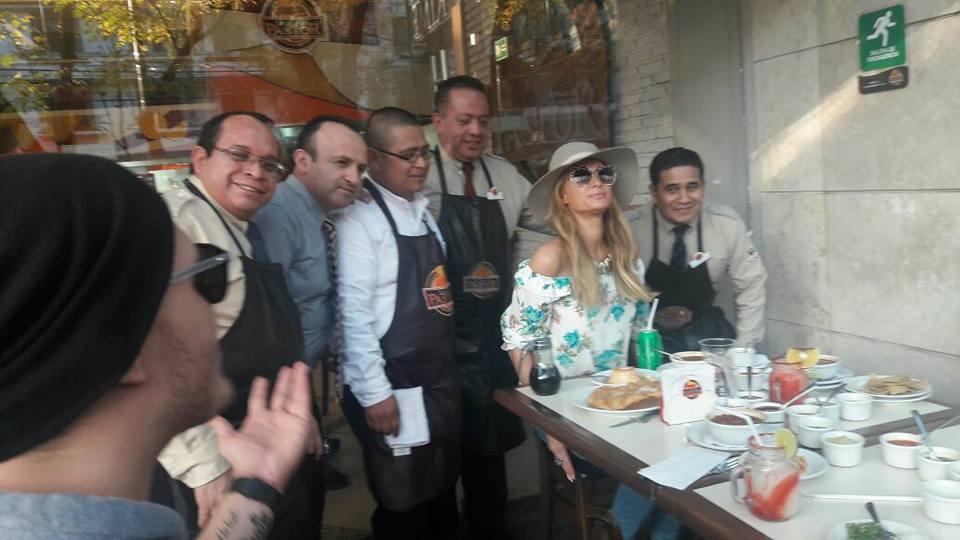 Paris Hilton reparte cobijas a damnificados