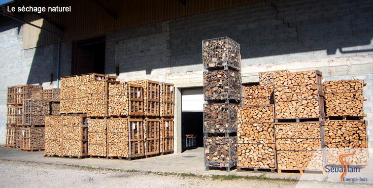 Séchage naturel du bois de chauffage sur palette | Sèvaflam