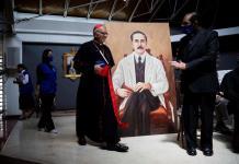 El cardenal Baltazar Porras (c) camina frente a una impresión del Beato José Gregorio Hernández, para participa en una rueda de prensa, este viernes, en la Iglesia Parroquia Inmaculado Corazón de María de Caracas (Venezuela). EFE/RAYNER PEÑA R.
