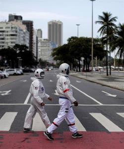 Se visten como astronautas para pasear seguros en Río de Janeiro
