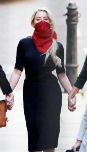La actriz estadounidense Amber Heard a su llegada al Tribunal Superior de Londres. EFE/ Facundo Arrizabalaga