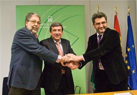 Luís García Garrido junto con los alcaldes de Dos Hermanas y Alcalá
