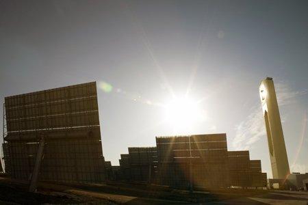 La planta de Abengoa Solar de Sanlúcar la Mayor es la única que funciona con tecnología de concentración de torre con helióstatos planos