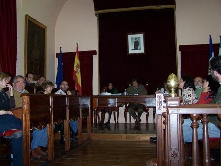 Al fondo el alcalde, Antonio Cano, a la izquierda los ediles socialistas y a la derecha los de IU, incluida la amiga Encarnación Milla y Sebas Martín Recio