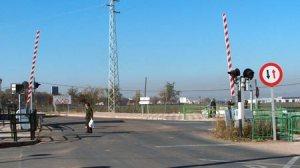 El Ayuntamiento de la ciudad ha rechazado los planes de Fomento de suprimir el paso a nivel de la linea Mérida-Los Rosales