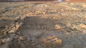 Los restos se encuentran a escasa profundidad, con la única protección de unas lonas