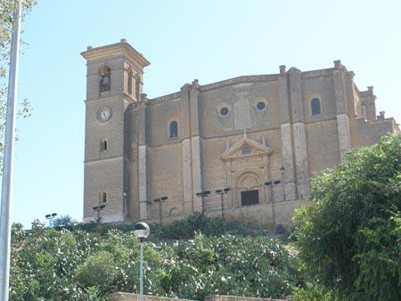 La iglesia conocida como 'La Colegiata' corona la localidad de Osuna, que aguarda un importante patrimonio histórico