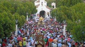 La procesión del Santo, al caer la tarde del Domingo de Romería, convierte las inmediaciones del santuario serrano en un río de feligreses / Juan C. Romero