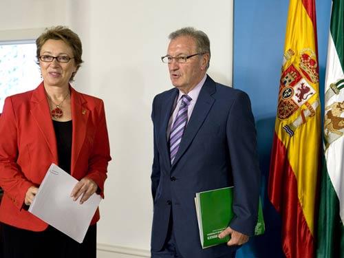 Los consejeros de Presidencia y Economía y Hacienda, Antonio Ávila y Carmen Martínez Aguayo, ayer en la presentación de los presupuestos, tras el Consejo de Gobierno de la Junta