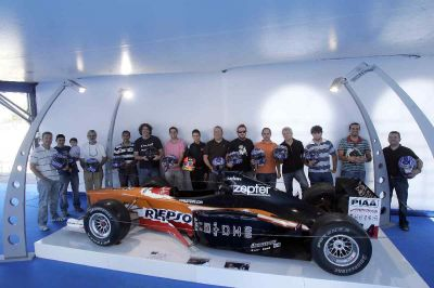 El joven piloto junto a los representantes de la prensa, radio y televisión de Sevilla