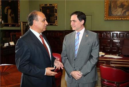 A la Izquierda el rector de la UNIA Juan Manuel Suárez Japón y a la derecha el rector de la US Joaquín Luque
