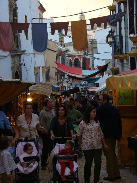 La localidad sevillana acoge un año más esta actividad, que se celebra por las calles del entorno a la Iglesia de San Miguel