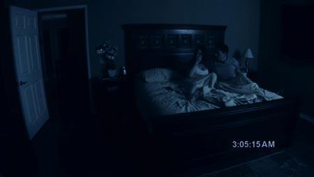 La película cuenta la historia de los fenómenos paranormales que sufre la pareja en su nueva casa