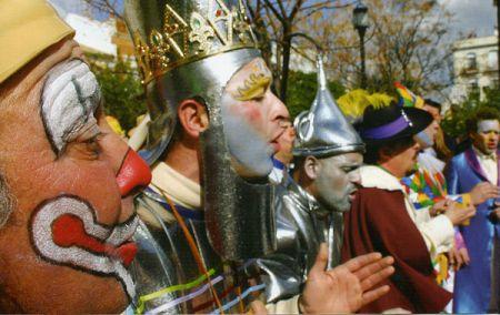 Las agrupaciones llenan de color las calles de Moon durante el carnaval