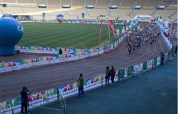 Los alrededor de 4000 participantes hacen la salida de la XXV Maratón Ciudad de Sevilla.