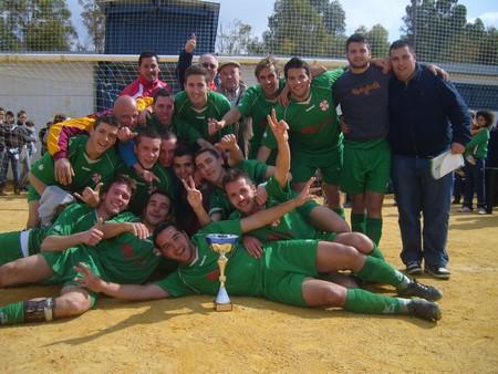 Los jugadores del CD Villanueva de San Juan celebran la victoria en el primer Torneo Interpeninsular 'Villanueva de San Juan'. /A.Copete