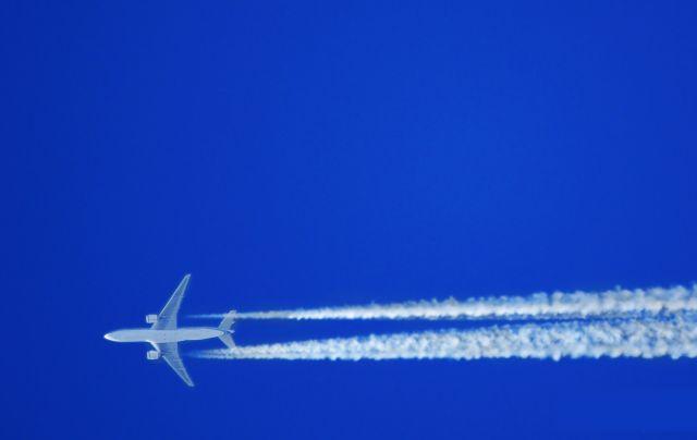 Un avión surca el cielo español/Paul Falardeau