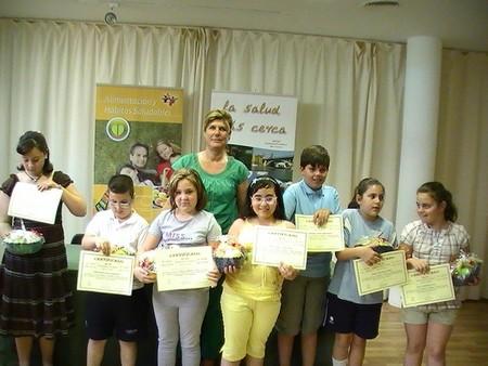 La delegada de Salud y Consumo, Teresa Florido, junto a los niños participantes de uno de los talleres del programa 'Aprende a comer'./SA