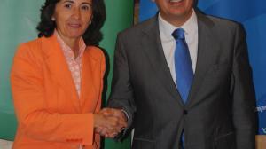 La consejera Aguilar y el presidente de Cajasol, durante la firma del convenio