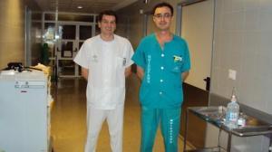 Francisco José Márquez Malaver, a la derecha, junto a Vicente de la Osa García, referente de cuidados de Hematología
