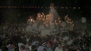 La Esperanza caminó en todo momento acompañada de decenas de miles de fieles/Abraham Rodríguez