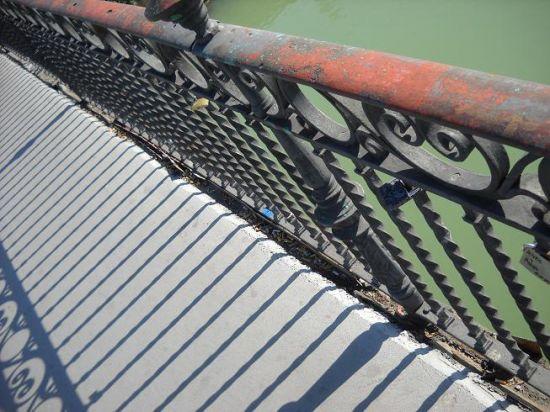 Los bajos del puente se muestran oxidados y no se han realizado tareas de mantenimiento tras la instalación del carril bici
