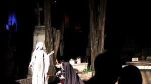 La representación de 'Don Juan Tenorio' desde la Noche de Difuntos es una tradición española que este año llegó a Montevideo, donde la función se representó en un cementerio de la capital austral /Juan C. Romero