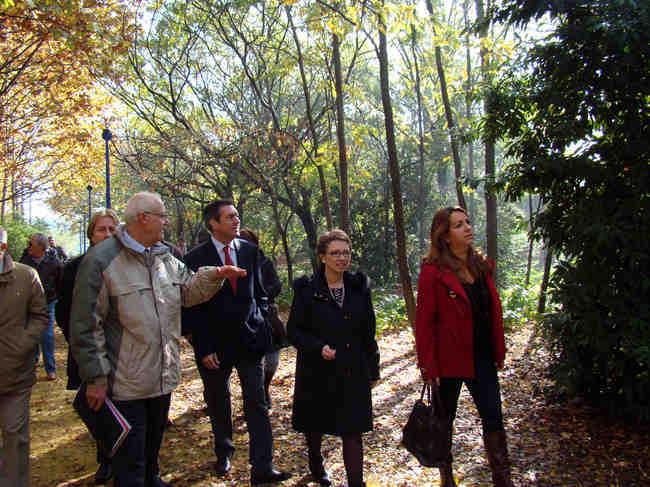 El candidato socialista paseó junto a Carmen Aguayo por los remodelados Jardines del Guadalquivir
