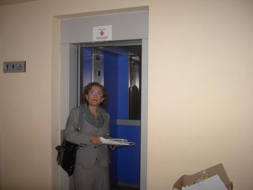 Además del ascensor, la candidata popular ha comprobado el estado de la puerta a los aparcamientos/PP.