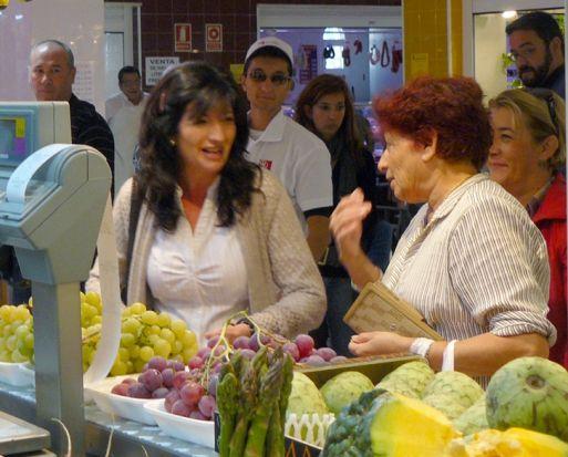 Pilar González en su visita al Mercado Municipal de Bellavista