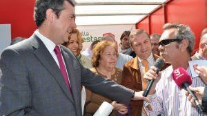 Juan Espadas hoy en Alcosa, con algunos vecinos