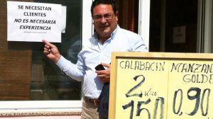 Manuel Alcocer esta mañana a las puertas de un comercio local
