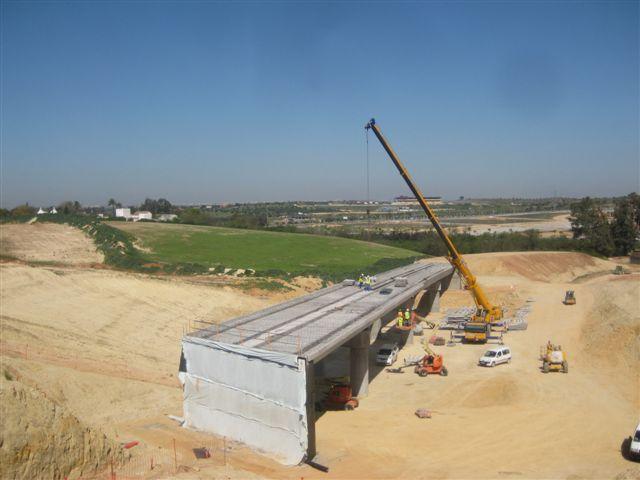 Vista del puente del tranvía sobre la futura SE-40