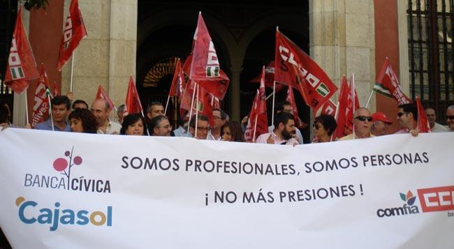 Trabajadores de Cajasol esta mañana ante la sede de la entidad financiera en Sevilla