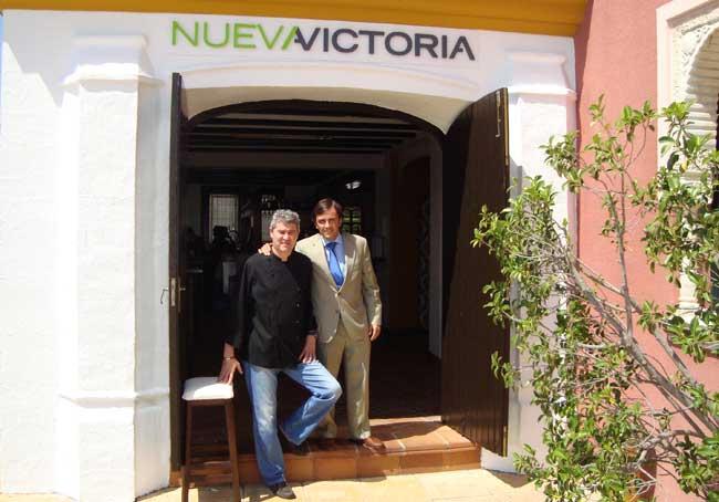 José Manuel Galindo, director de producción junto a Fernando Vázquez Rojas, gerente de Nueva Victoria en el nuevo restaurante de la cadena, el primero de tarifa plana de España