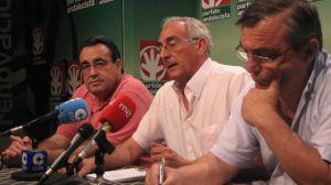 Juan Antonio Gilabert (UGT), José Antonio Pino (PA) y Alfonso Vidán (CCOO), esta mañana en Sevilla