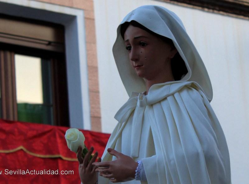 La Virgen de la Paz portaba una rosa blanca durante el traslado a la Parroquia del Divino Salvador tras el proceso de restauración / Juan Carlos Romero