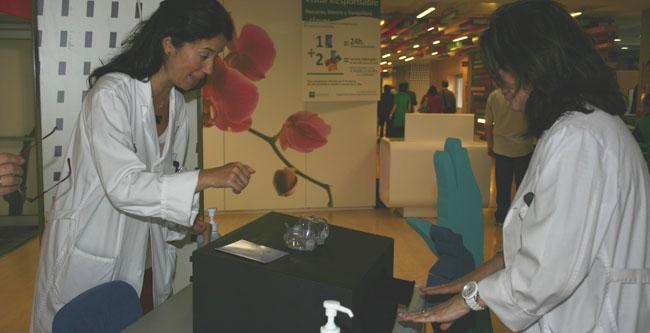 El centro hospitalario ha instalado hoy una mesa informativa/SA