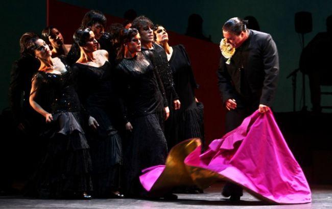Momento en el que Sánchez Mejías (Canales) se enfrenta al toro encarnado por el Ballet Flamenco de Andalucía / Antonio Acedo-Bienal