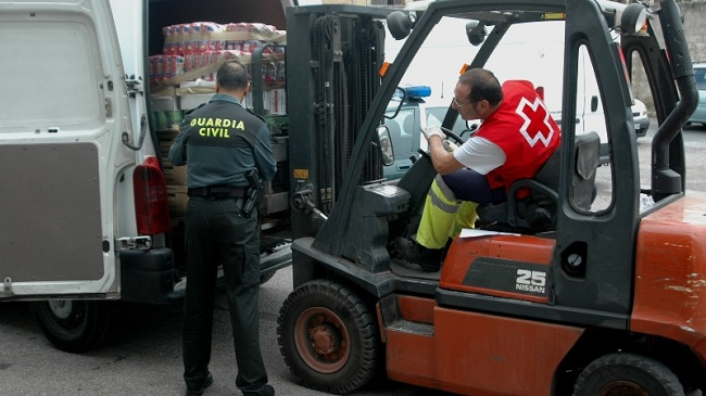 guardia-civil-entrega-alimentos-251012