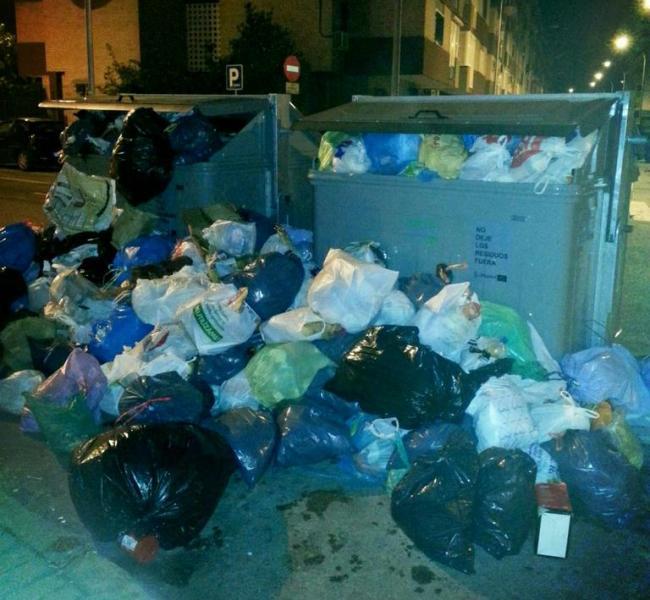 Contenedores de basura repletos tras la segunda noche de huelga / Imagen: Alfredo SF (@alfredosanfer)
