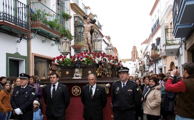 Numerosos vecinos han arropado esta mañana la salida procesional de San Sebastián, Patrón de Los Palacios y Villafranca./ Prensas Los Palacios