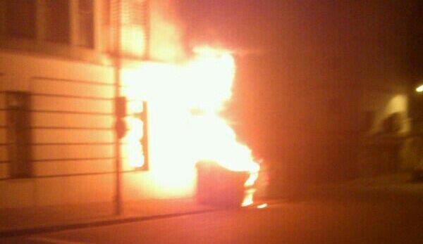 Contenedor ardiendo en las calles de Sevilla / Imagen: Contrafoto21 (@contrafoto21)