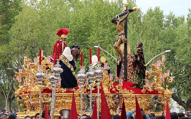 El Miércoles Santo la imagen de Cristo crucificado toma las calles de la ciudad de Sevilla. En la imagen: La Lanzada / Mrcofrade94 (flickr)
