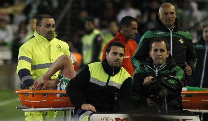Los lamentos de Perquis presagiaron lo peor en su salida del campo ante el Deportivo / REAL BETIS