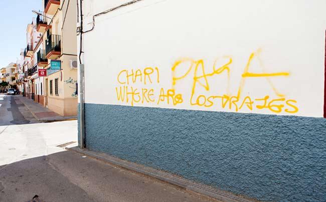Una de las pintadas contra la ex concejal socialista de Los Palacios / Fran Amador